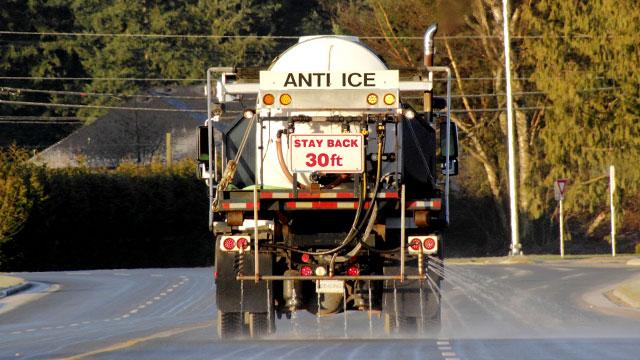 liquid deicing spray truck spraying road